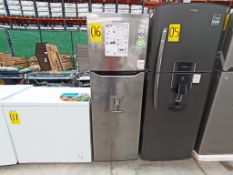 1 Refrigerador con dispensador de agua, Marca LG, Modelo GT29WDC, Serie 104MRUY2D310, Color Gris, G