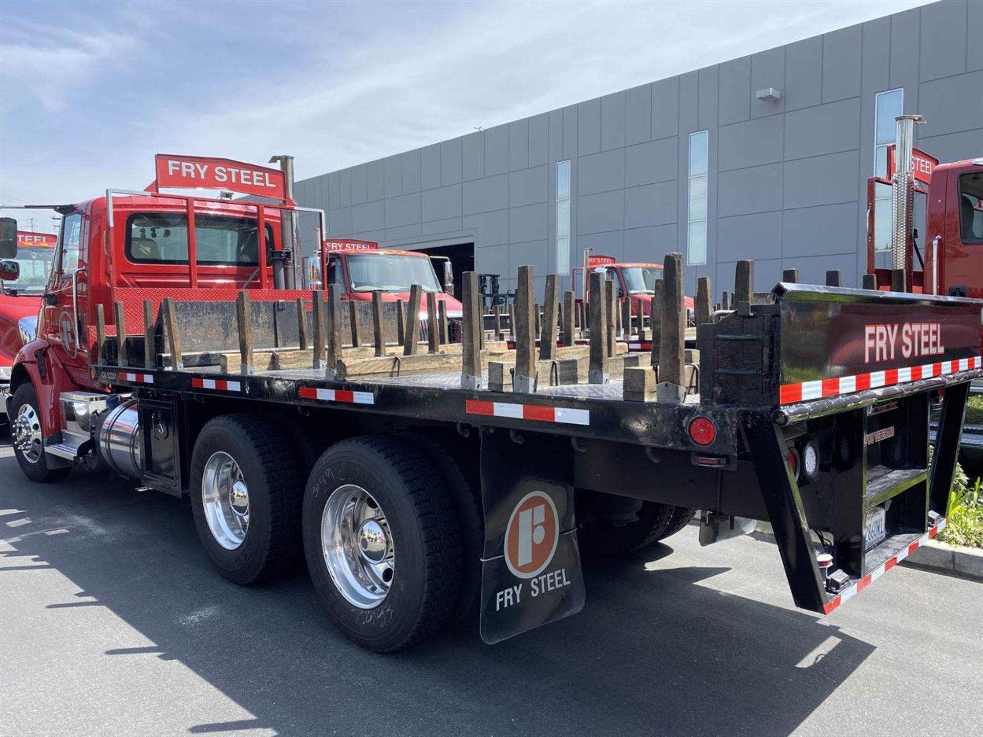 2016 INTERNATIONAL 18' Stake Bed Truck, VIN 1HTHXSNR4GH132503, 129,562 Miles at time of inspection - Image 4 of 21