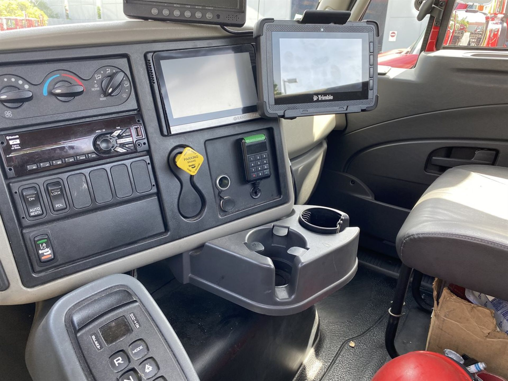2016 INTERNATIONAL 18' Stake Bed Truck, VIN 3HTHXSNR6GN132508, 107,216 Miles at time of inspection - Image 6 of 18