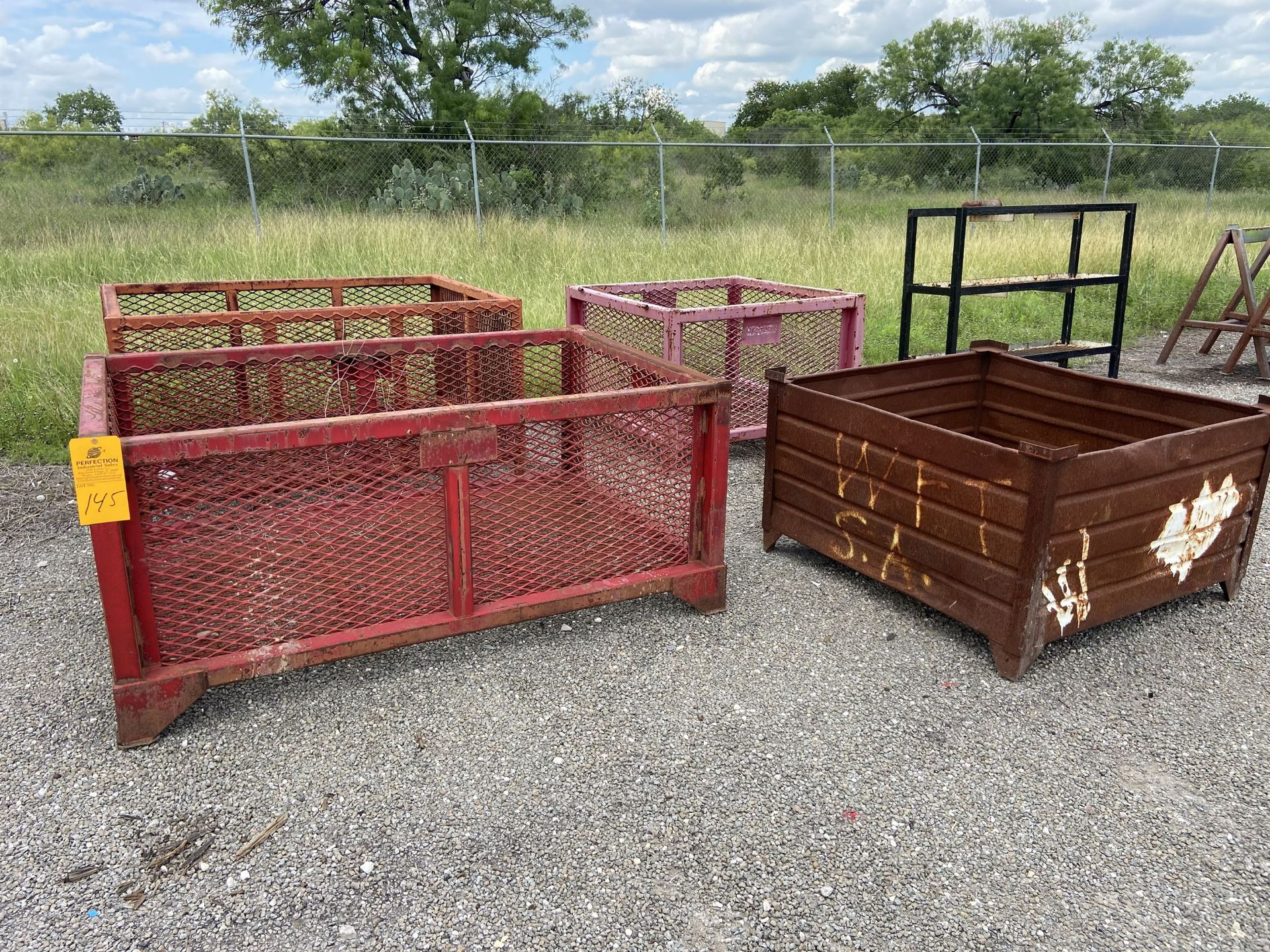 Lot of Metal tub / wire racks