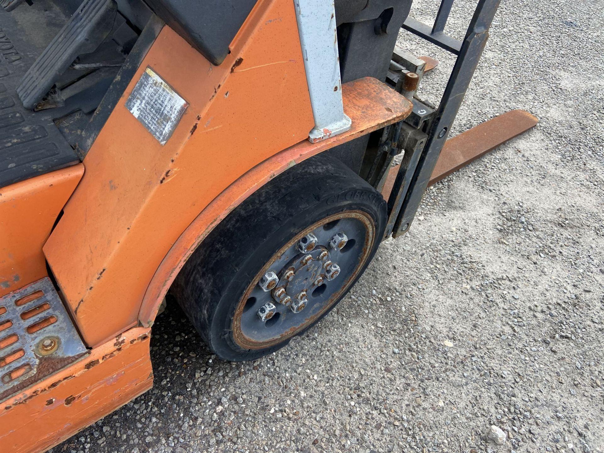 """Toyota 7FGCU25 2500 Lb LP Forklift, 189"""" lift, 3 Stage, Side Shift, 42"""" Forks, solid Tires, s/n - Image 5 of 8"""