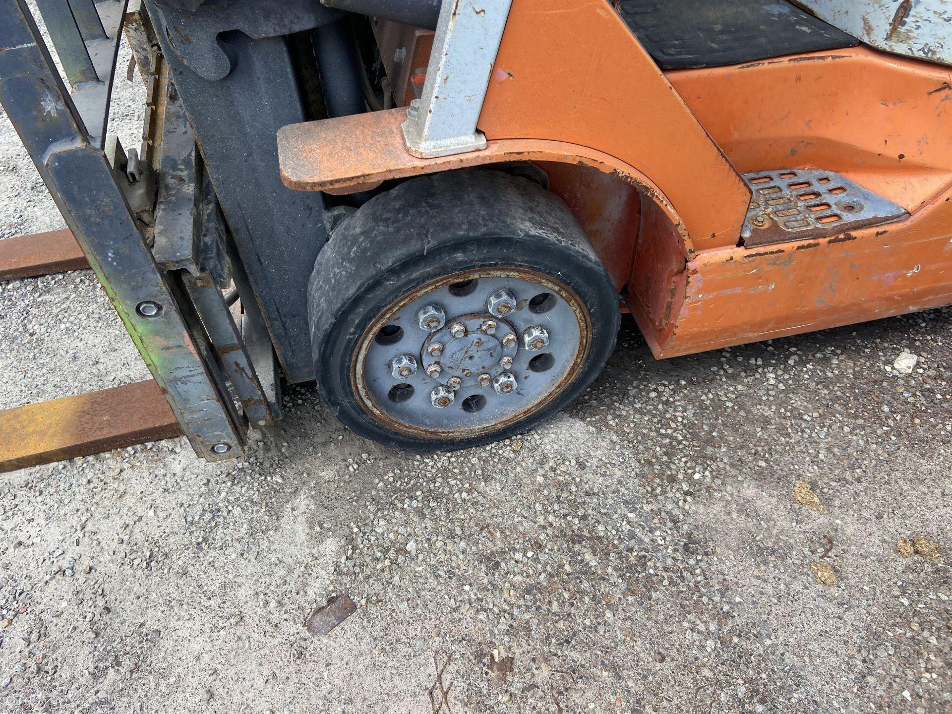 """Toyota 7FGCU25 2500 Lb LP Forklift, 189"""" lift, 3 Stage, Side Shift, 42"""" Forks, solid Tires, s/n - Image 2 of 8"""