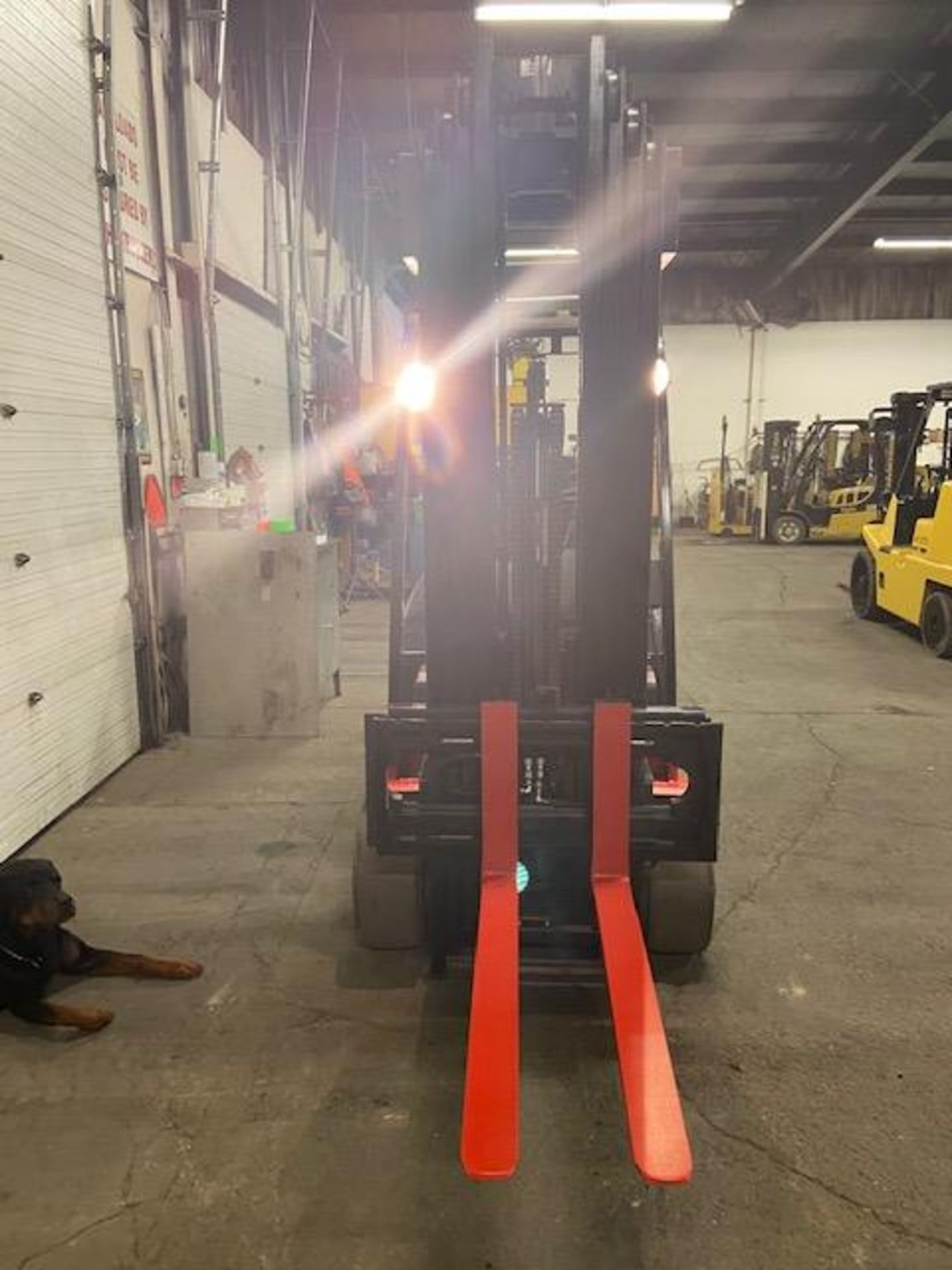 FREE CUSTOMS - LINDE 5000lbs Capacity Forklift 4-STAGE Mast - Electric unit with sideshift - Image 2 of 3