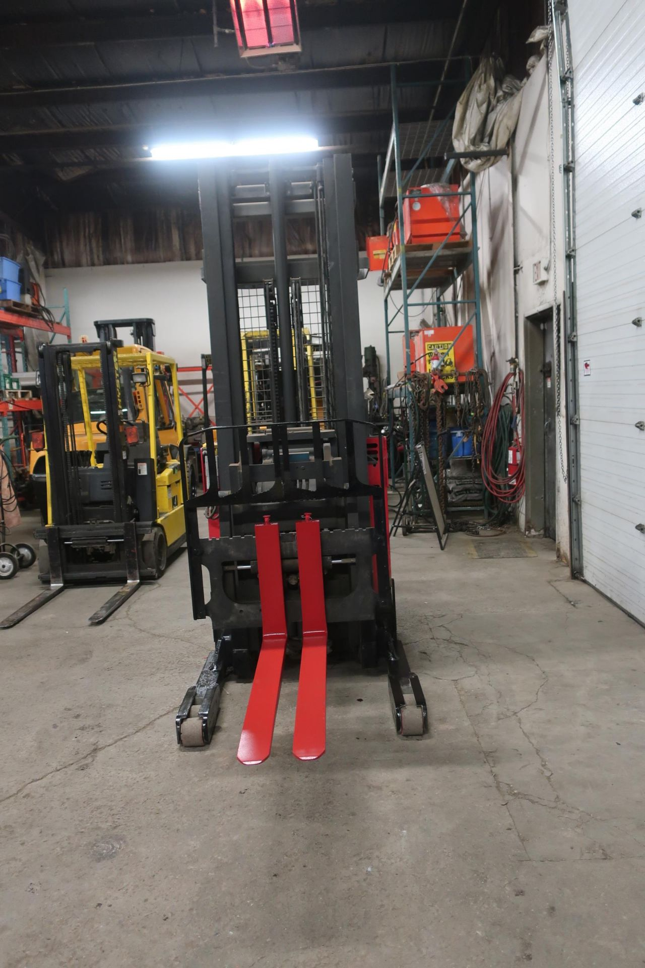 FREE CUSTOMS - 2010 Raymond Reach Truck Pallet Lifter REACH TRUCK electric 4500lbs with sideshift - Image 2 of 2