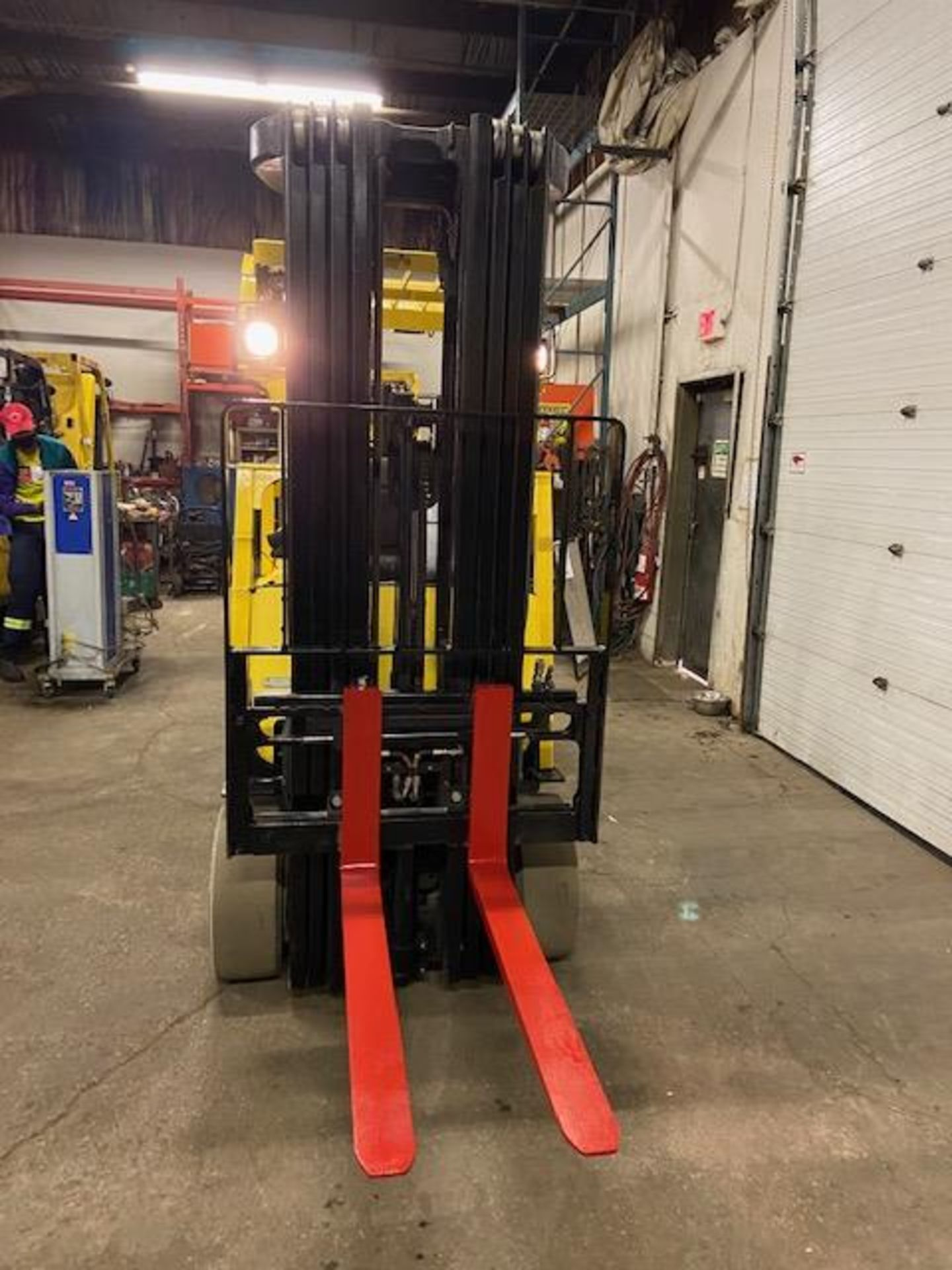 FREE CUSTOMS - 2015 Hyster 5000lbs Capacity Forklift Electric with 4-STAGE MAST with sideshift & - Image 3 of 4