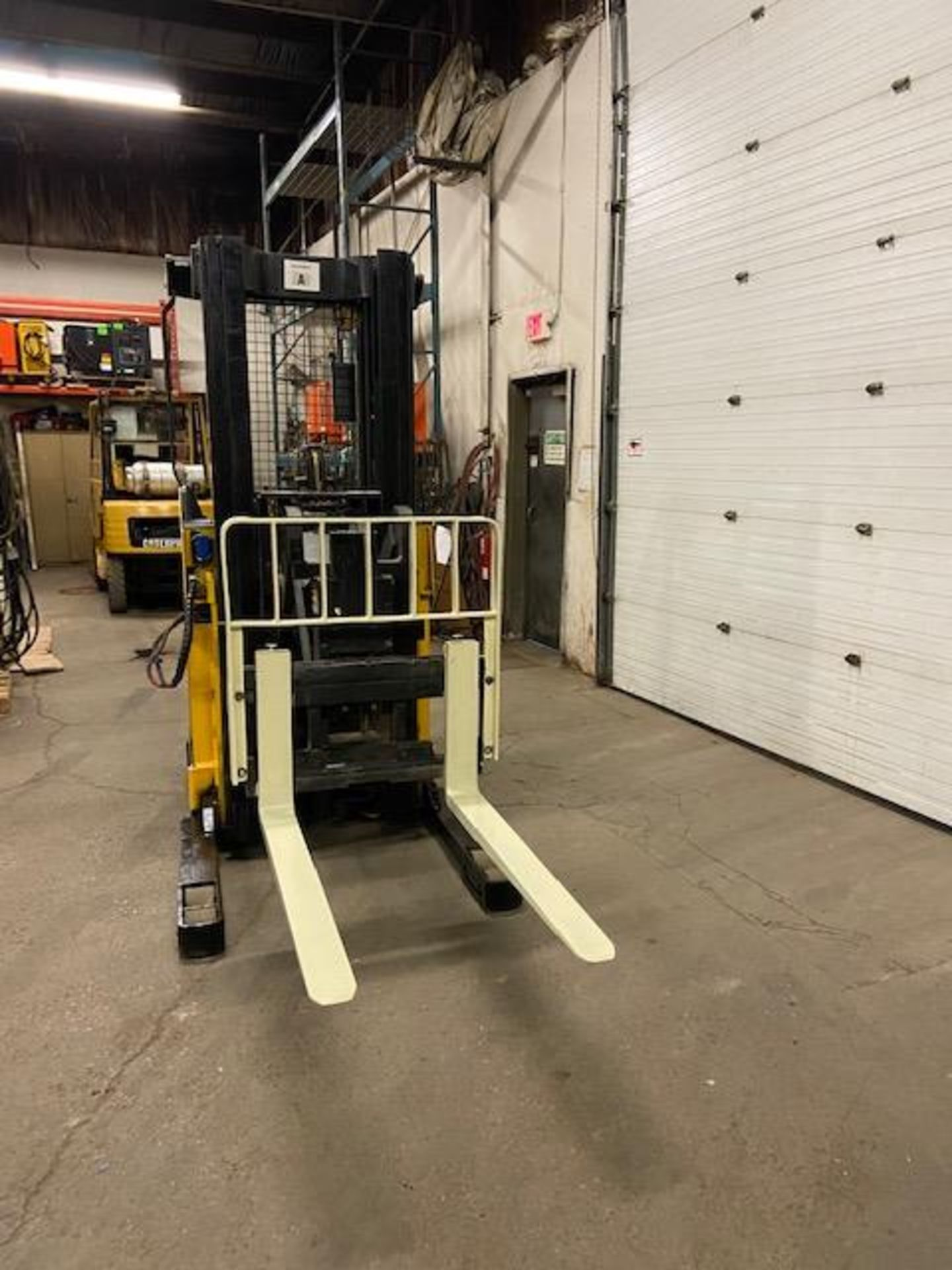 FREE CUSTOMS - Yale Reach Truck Pallet Lifter REACH TRUCK electric 4000lbswith sideshift 3stage mast - Image 2 of 3