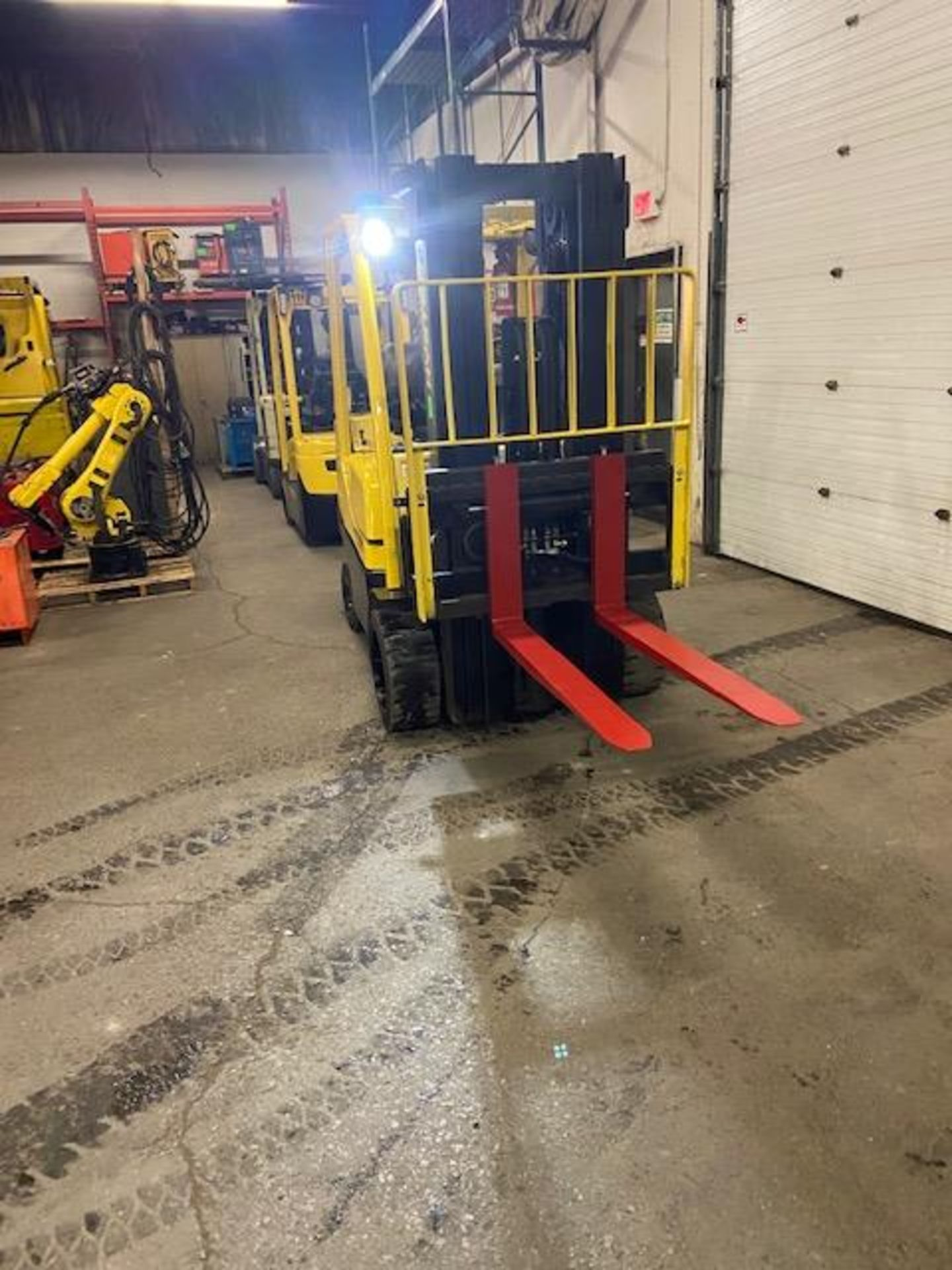FREE CUSTOMS - 2014 Hyster 8000lbs capacity LPG (propane) Forklift with 3-stage mast & sideshift (no - Image 2 of 2