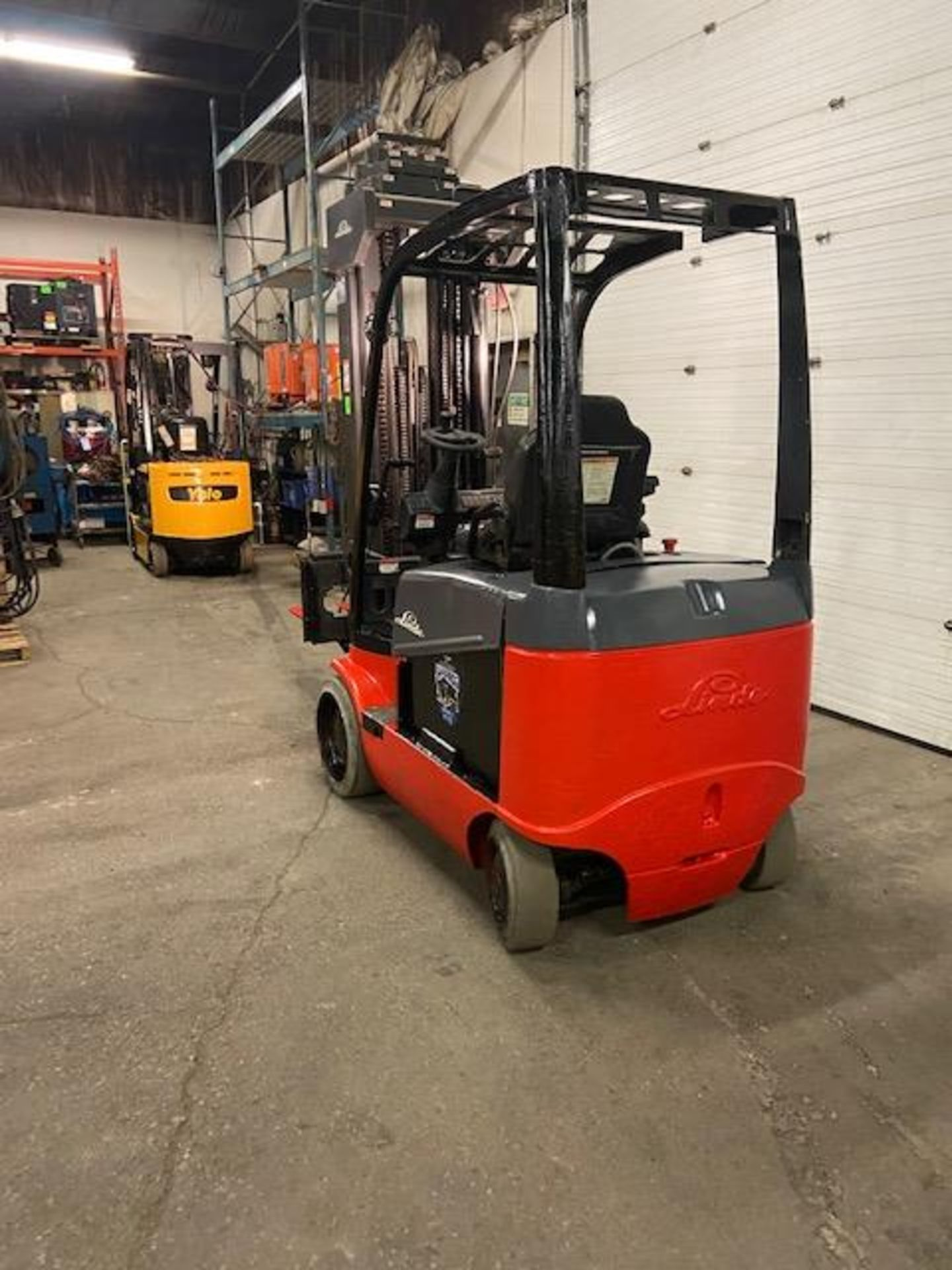 FREE CUSTOMS - LINDE 5000lbs Capacity Forklift 4-STAGE Mast - Electric unit with sideshift - Image 3 of 3