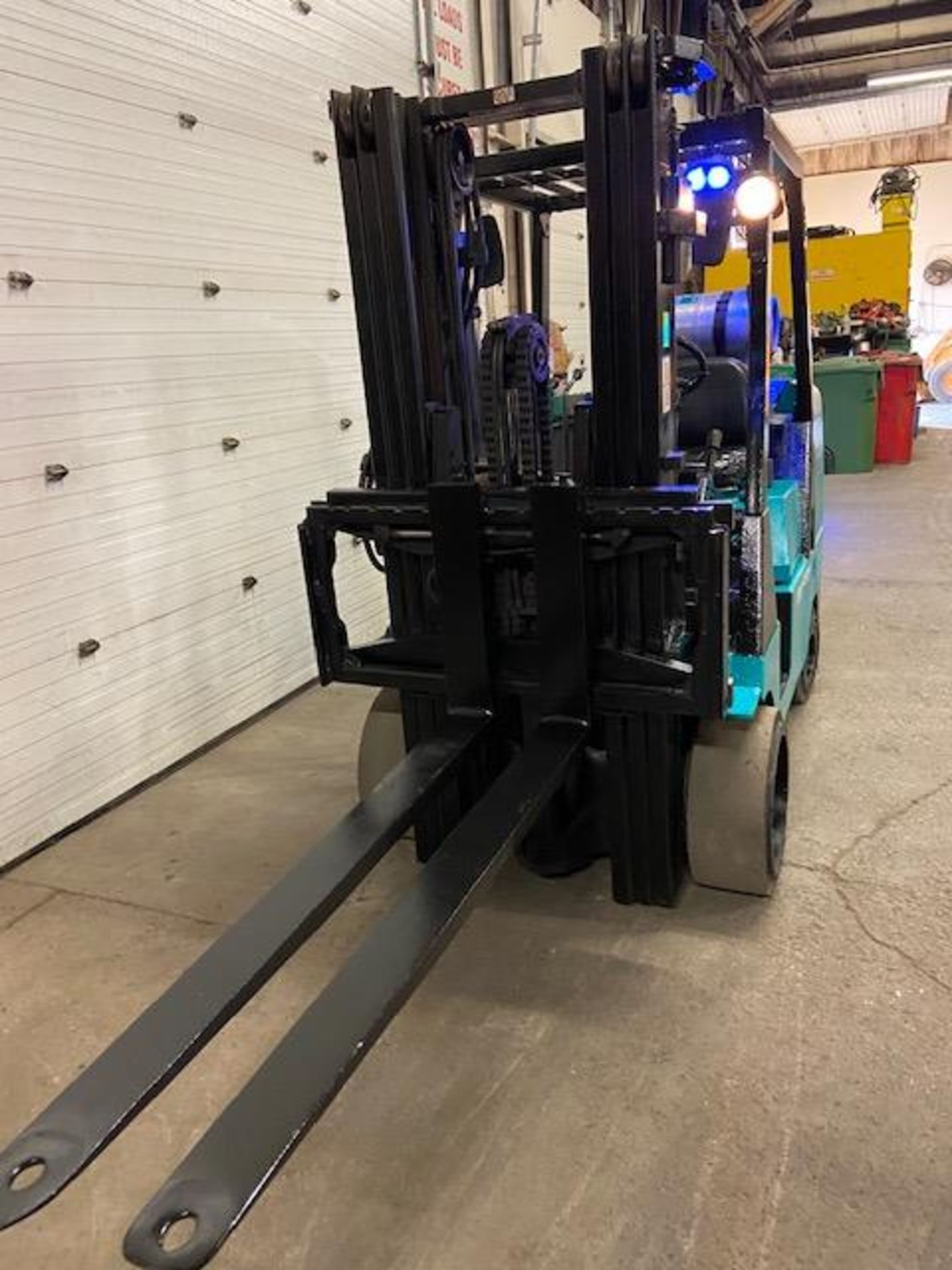 FREE CUSTOMS - Mitsubishi 10000lbs capacity LPG (propane) Forklift with 3-stage mast and sideshift - Image 2 of 3