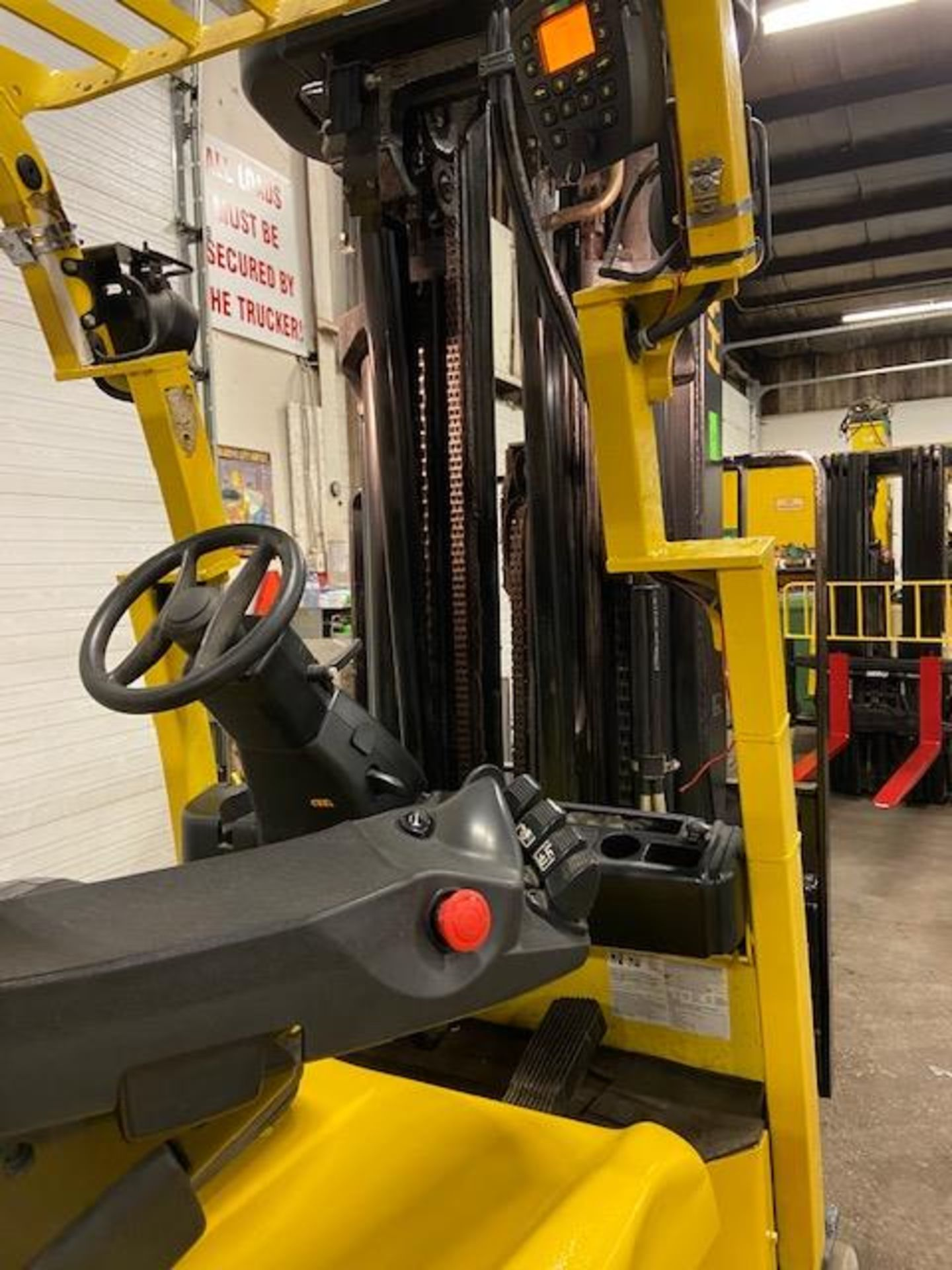FREE CUSTOMS - 2015 Hyster 5000lbs Capacity Forklift Electric with 4-STAGE MAST with sideshift & - Image 2 of 4