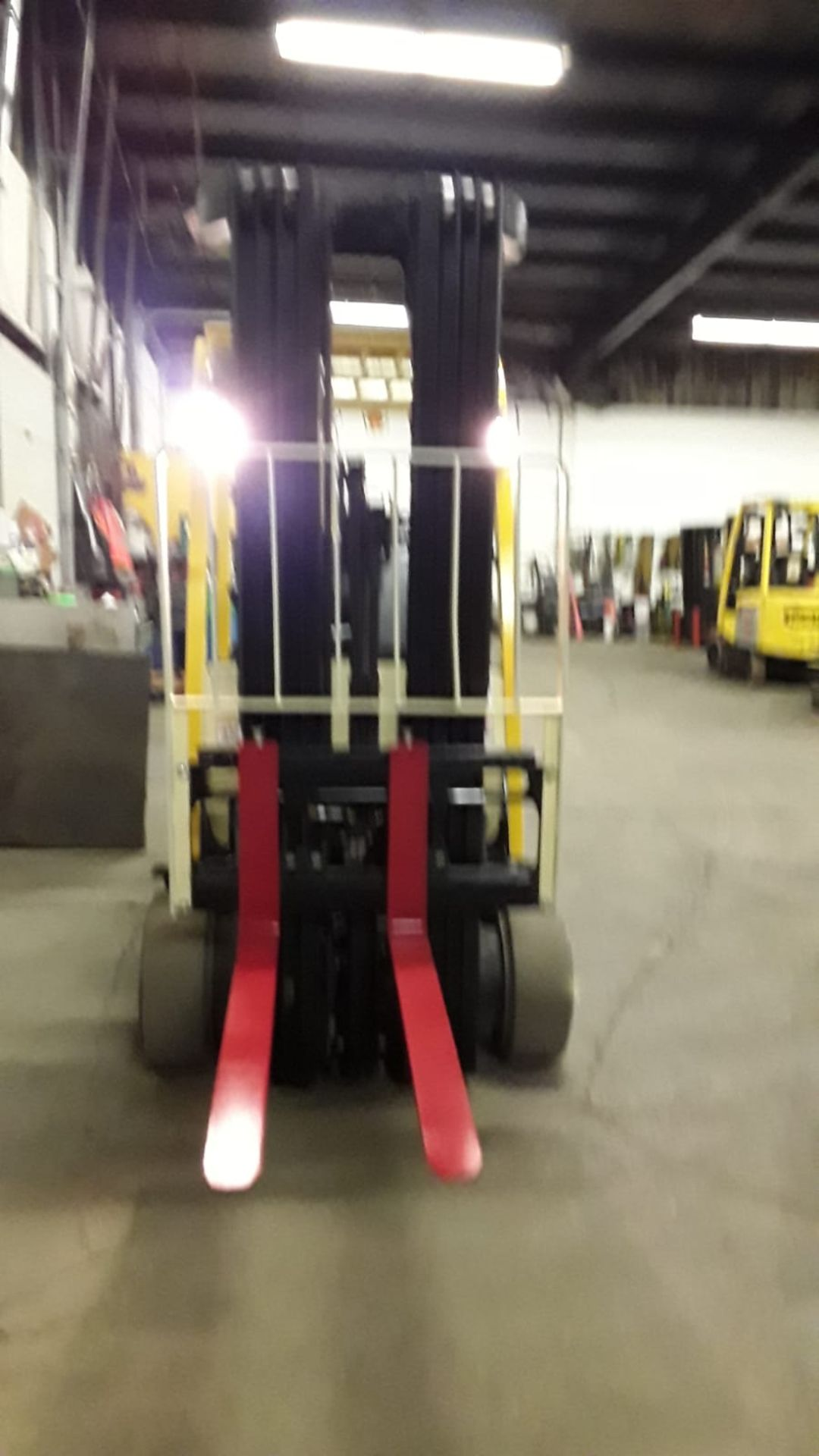 FREE CUSTOMS - 2011 Hyster 5000lbs Capacity Forklift Electric with 4-STAGE MAST with sideshift - Image 2 of 3
