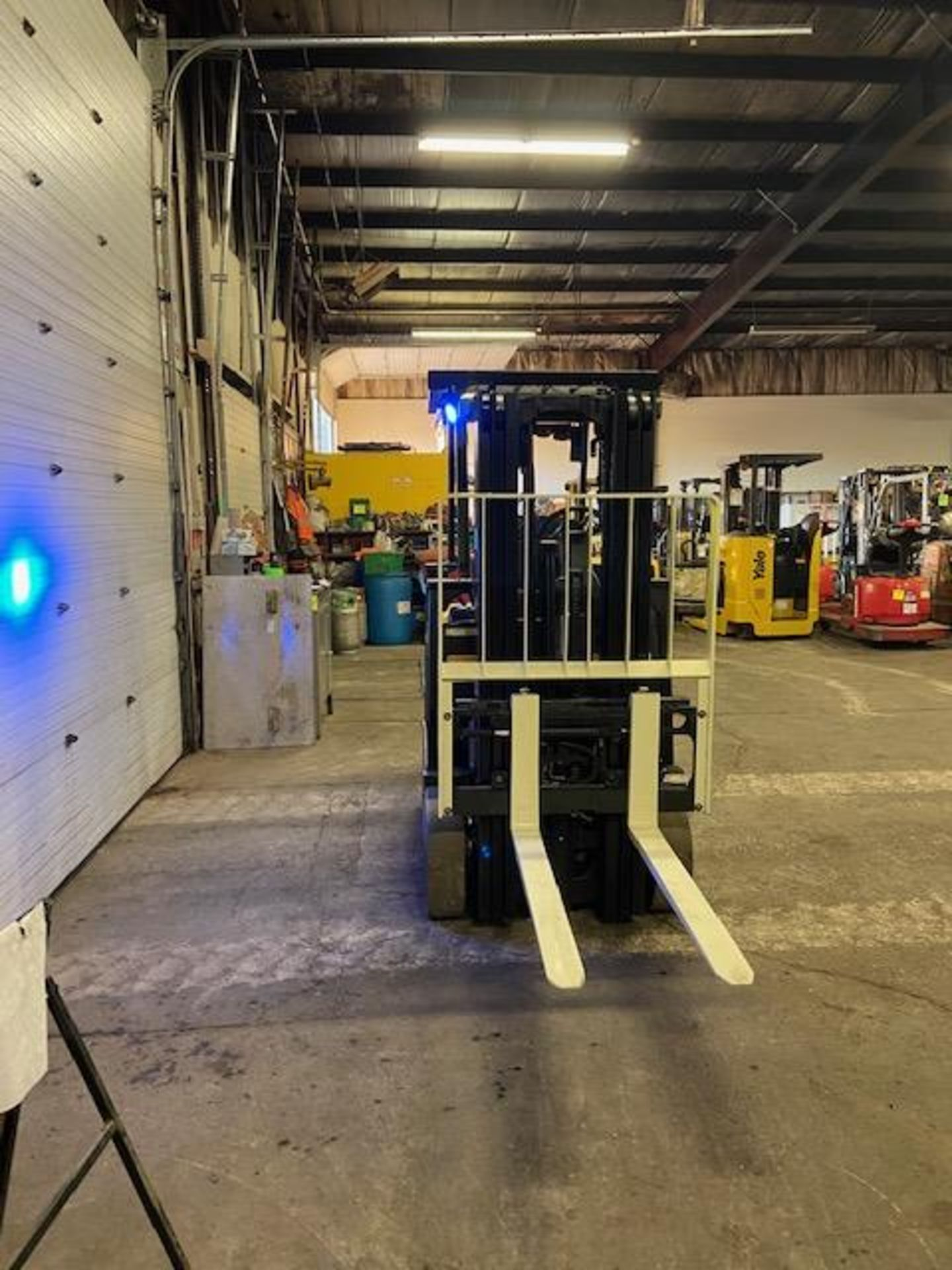 FREE CUSTOMS - 2009 Yale 5000lbs Capacity Forklift Electric with 3-STAGE MAST with sideshift - Image 3 of 3