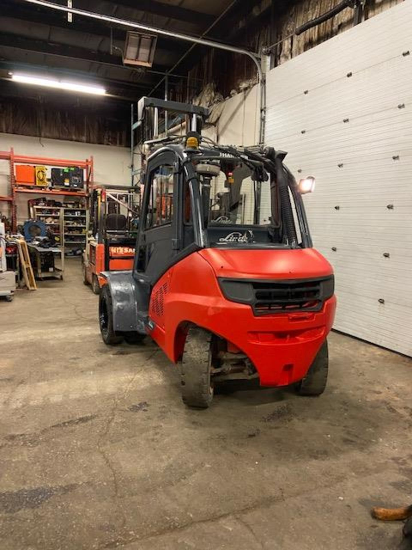 FREE CUSTOMS - 2012 Linde 10,000lbs OUTDOOR Forklift with NICE CAB & sideshift & fork positioner - Image 4 of 5