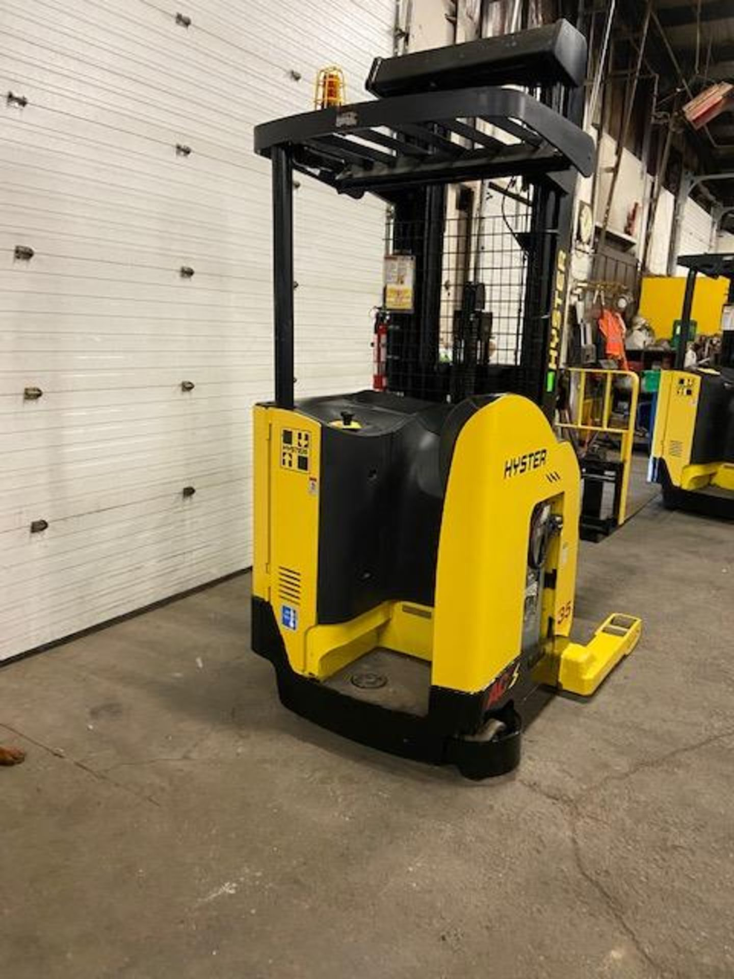 FREE CUSTOMS - 2012 Hyster Reach Truck Pallet Lifter REACH TRUCK electric 3500lbs with sideshift 3- - Image 2 of 3