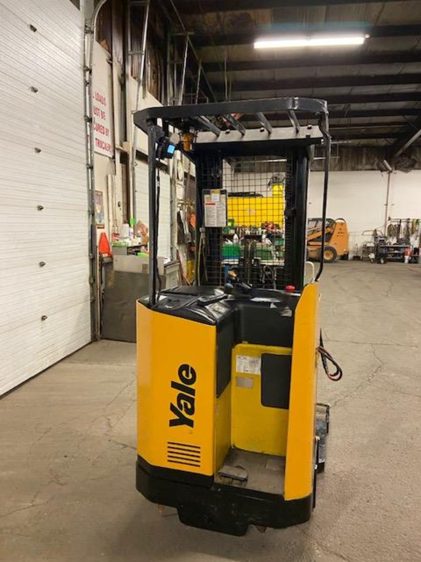 FREE CUSTOMS - Yale Reach Truck Pallet Lifter REACH TRUCK electric 4000lbswith sideshift 3stage mast - Image 3 of 3