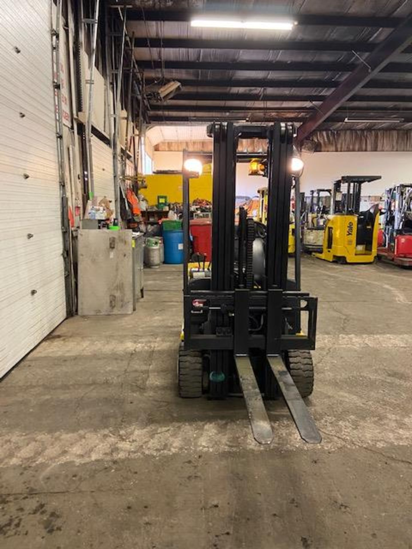 FREE CUSTOMS - Yale 4000lbs Capacity 3-wheel Forklift Electric with 3-stage mast with sideshift with - Image 2 of 3