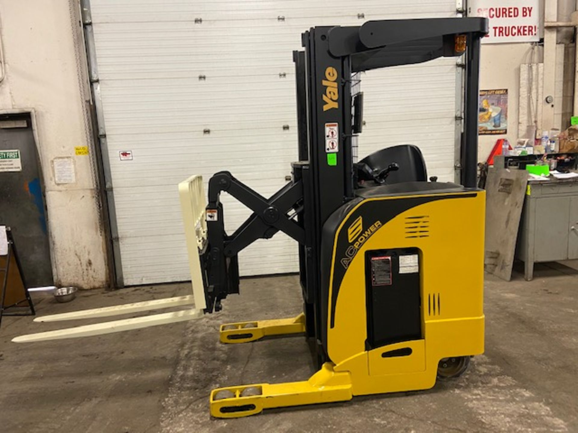 FREE CUSTOMS - Yale Reach Truck Pallet Lifter REACH TRUCK electric 4000lbs with sideshift 3-stage - Image 2 of 7