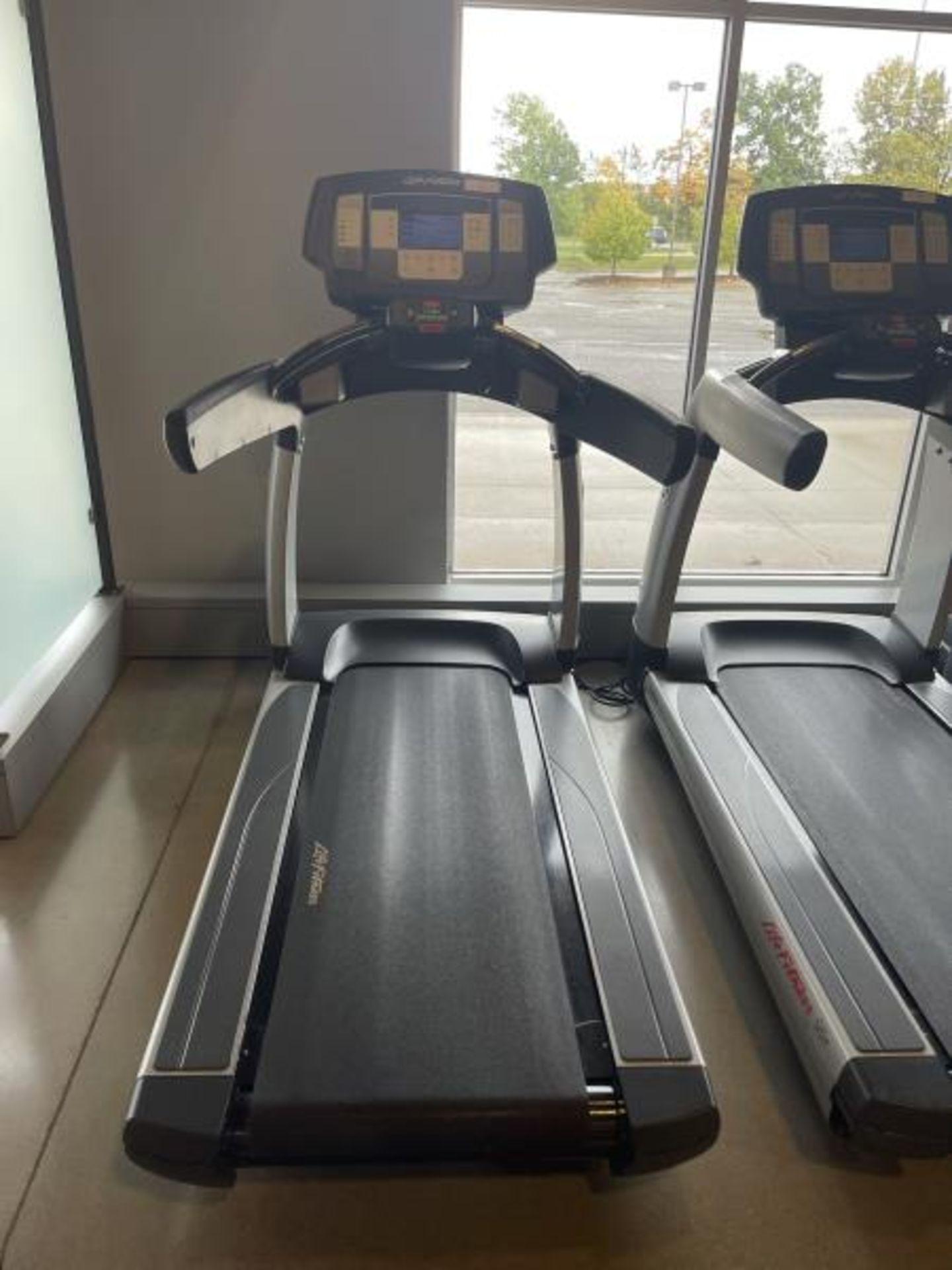 Life Fitness Treadmill M: 95T with Flex Deck, Shock Absorption System SN: TET107106