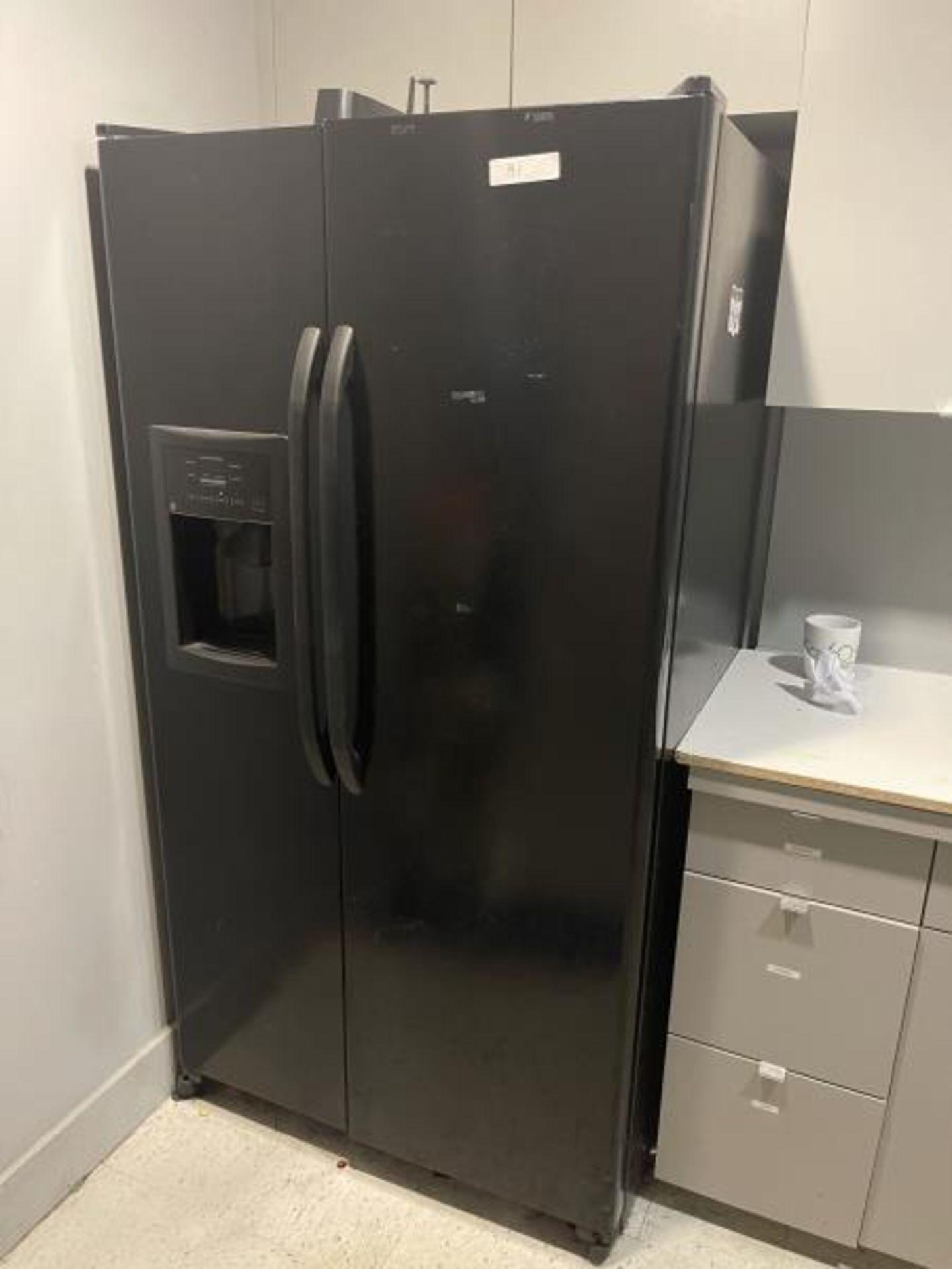 Amana French Dorr Refrigerator with Ice Machine (Needs Refrigerator Door Gasket) M: GSH25JFYNDB