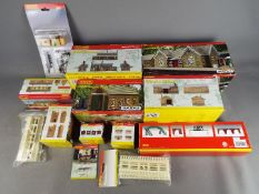 Hornby, Hornby Skaledale - 13 boxed / carded items of OO gauge scenic accessories from Hornby.