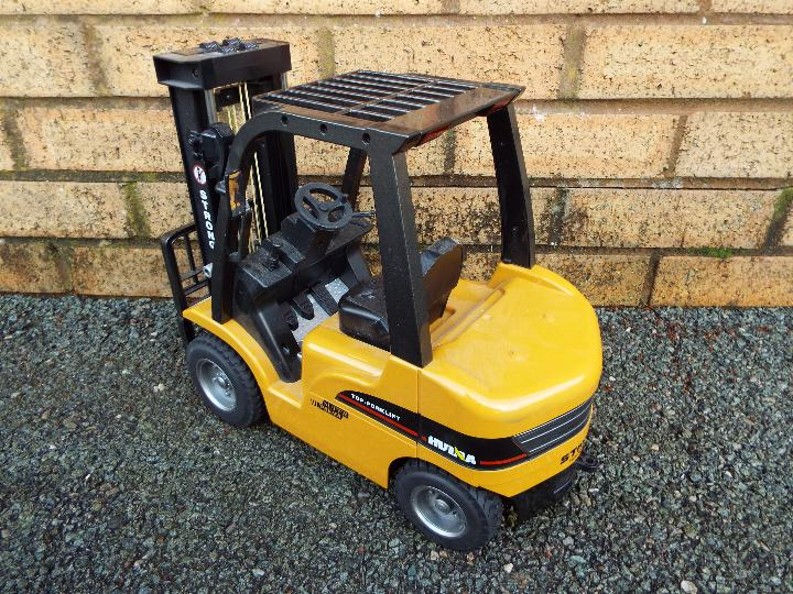 Huina - 1:10 Fork Lift with Die Cast Parts. In working order with power back and transmitter. - Image 4 of 7