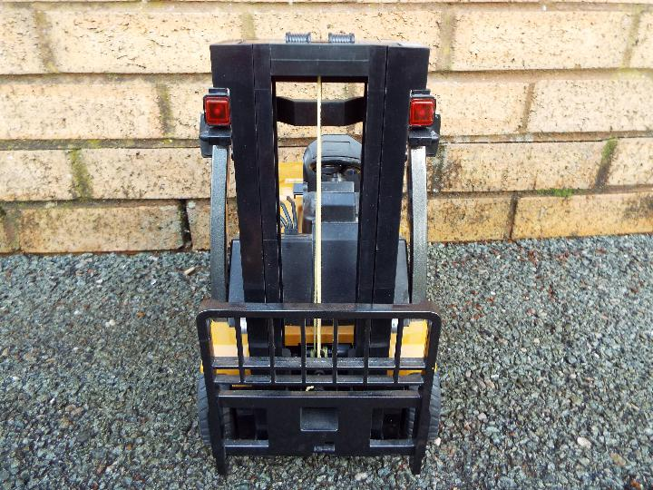 Huina - 1:10 Fork Lift with Die Cast Parts. In working order with power back and transmitter. - Image 5 of 7
