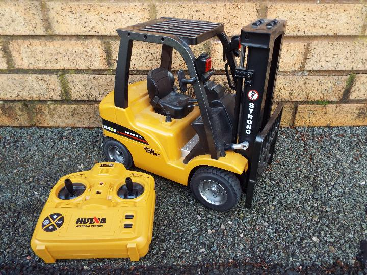 Huina - 1:10 Fork Lift with Die Cast Parts. In working order with power back and transmitter.