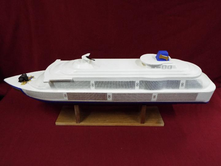 A large plastic model of a cruise ship 'Joshie'. - Image 4 of 4