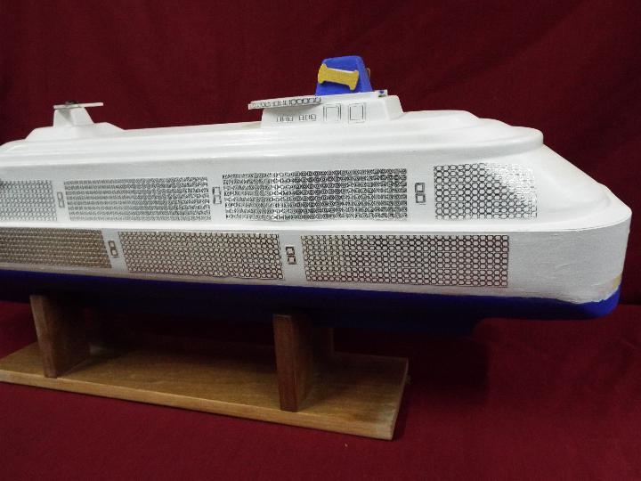 A large plastic model of a cruise ship 'Joshie'. - Image 3 of 4