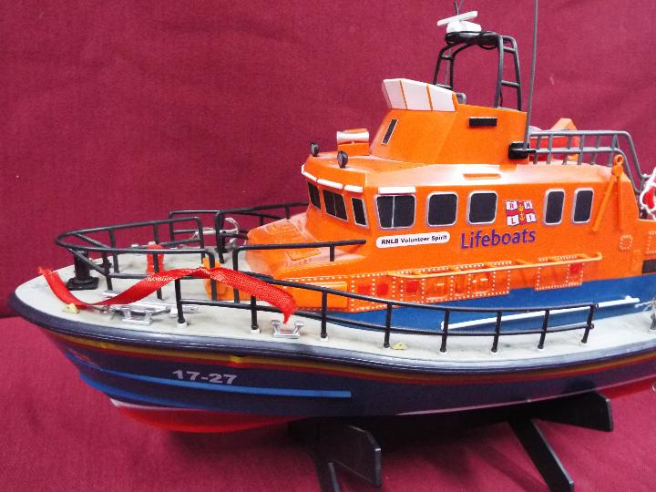 A remote controlled Severn Class Lifeboat. - Image 2 of 5
