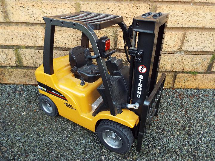 Huina - 1:10 Fork Lift with Die Cast Parts. In working order with power back and transmitter. - Image 2 of 7