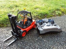 Carson - MODEL SPORT Linde H 40 D forklift truck RC model with a 2.4 GHz 6-channel desk transmitter.