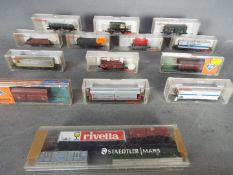 Fleischmann, Roco - A collection of 17 predominately boxed items of N gauge rolling stock.