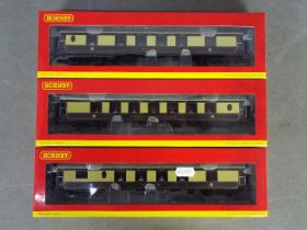 Hornby - three OO gauge Brighton Belle Pullman passenger carriages # R4512, # R4513 and # 4514,