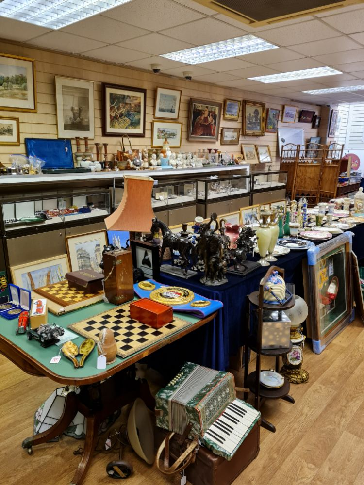 Cadmore General Auction (Militaria, Jewellery Watches, Antiques and Collectables, Fine Porcelain (H&R Daniel), ) Catalogue updated daily!
