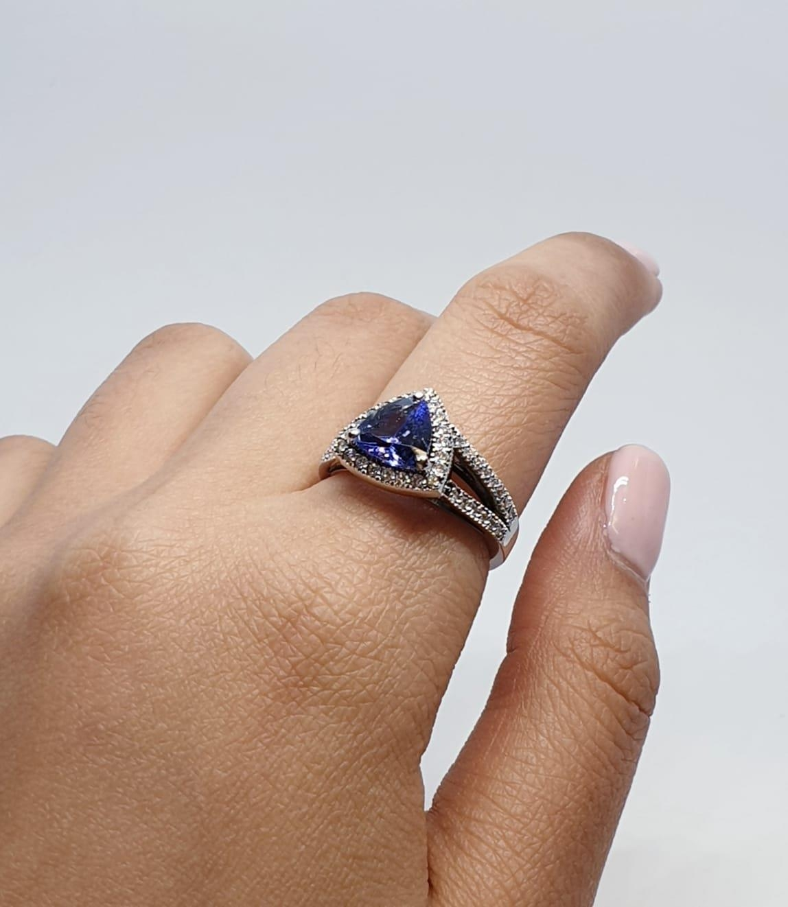 18CT WHITE GOLD RING WITH TRIANGULAR TANZANITE CENTRE AND DIAMONDS ON SHOULDERS, WEIGHT 7G AND - Image 8 of 10