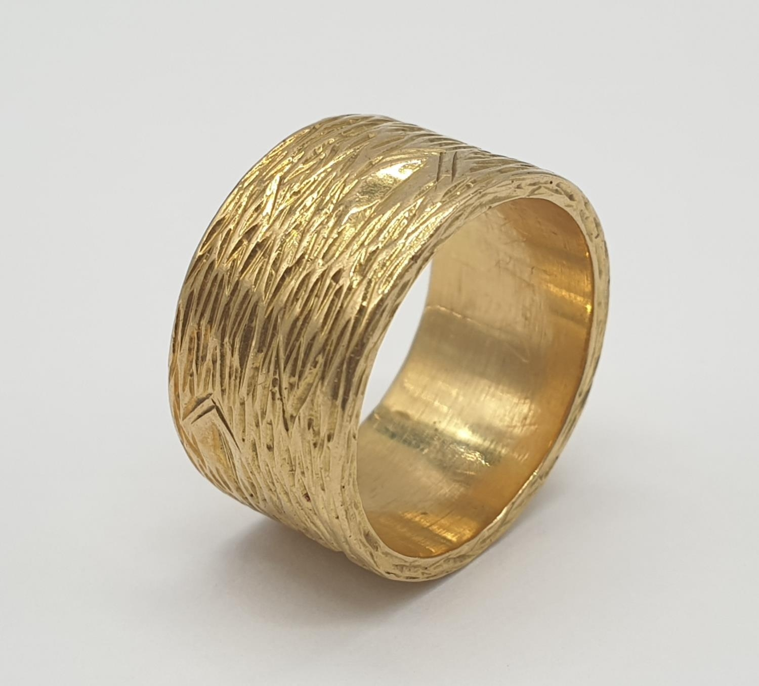 18ct gold wide band ring with grained pattern, weight 14.4g and size O