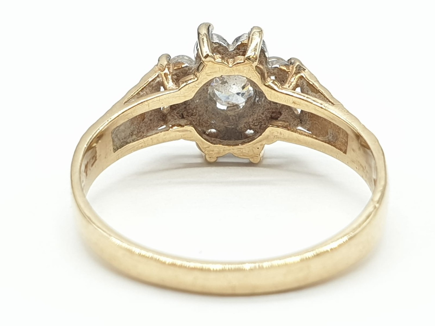 9ct Gold ring having cubic zirconia cluster to top in claw mounts and chased design work to - Image 3 of 7