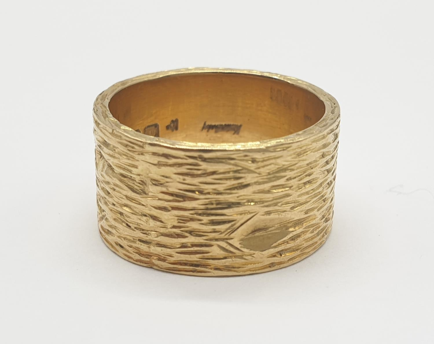 18ct gold wide band ring with grained pattern, weight 14.4g and size O - Image 2 of 4