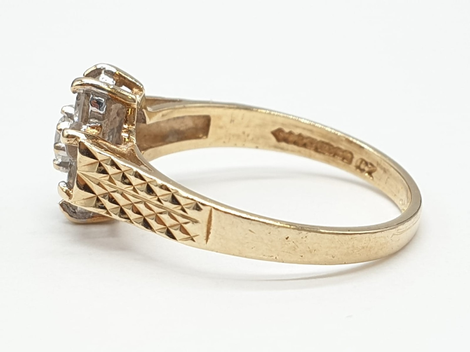9ct Gold ring having cubic zirconia cluster to top in claw mounts and chased design work to - Image 7 of 7