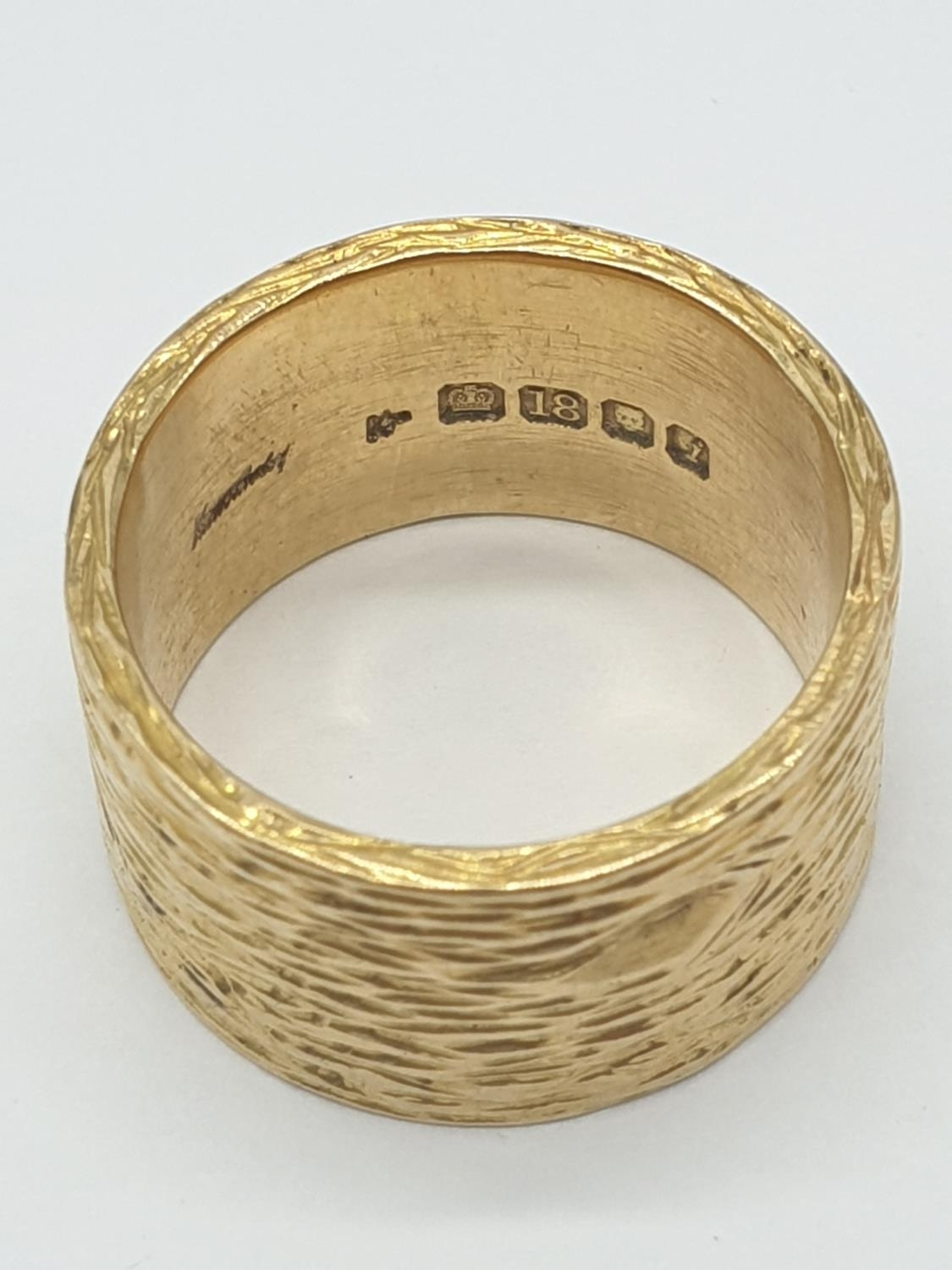18ct gold wide band ring with grained pattern, weight 14.4g and size O - Image 4 of 4