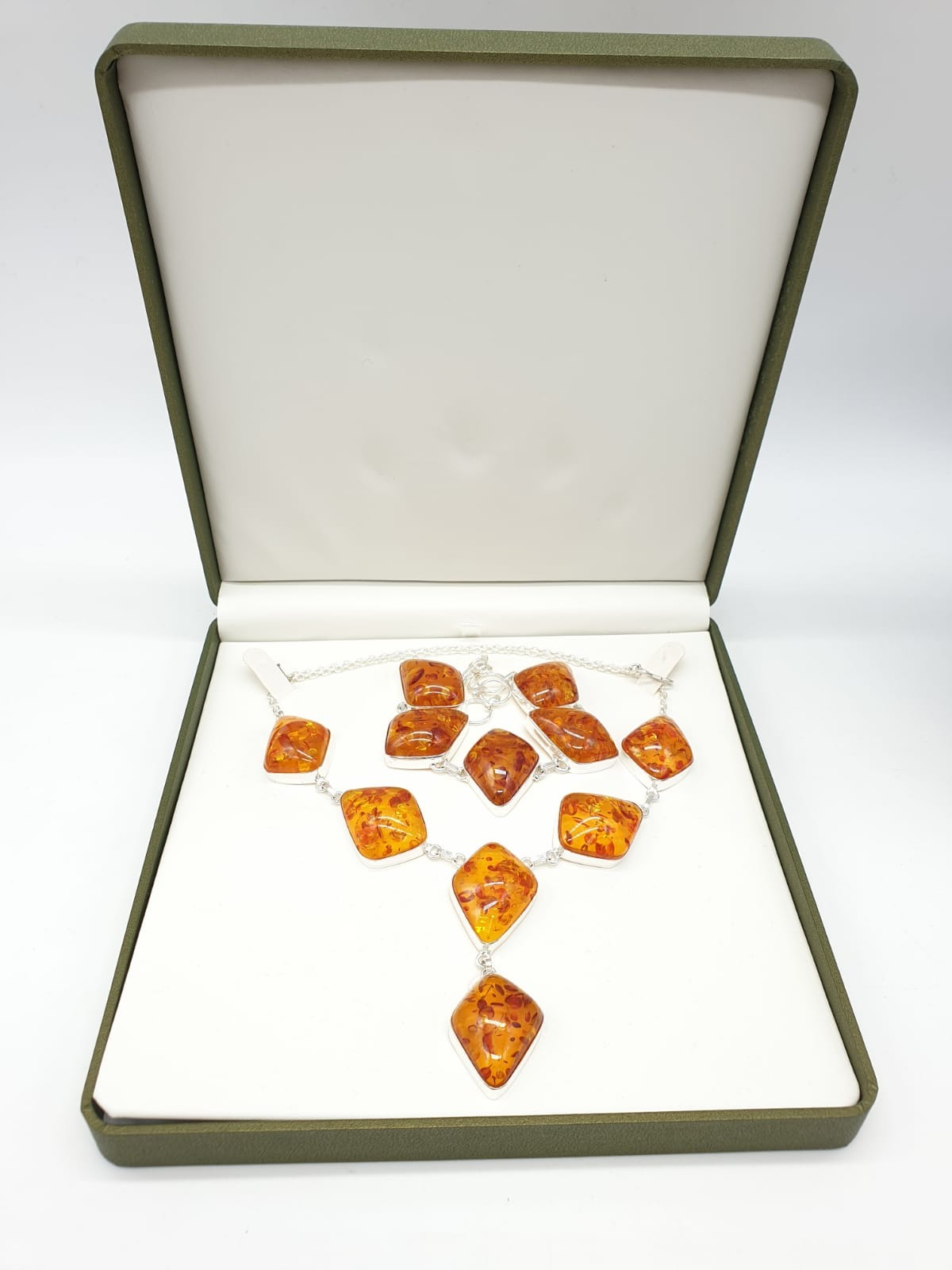 An Art Deco amber style necklace and bracelet set in a presentation box. Necklace length: 52cm. - Image 5 of 5