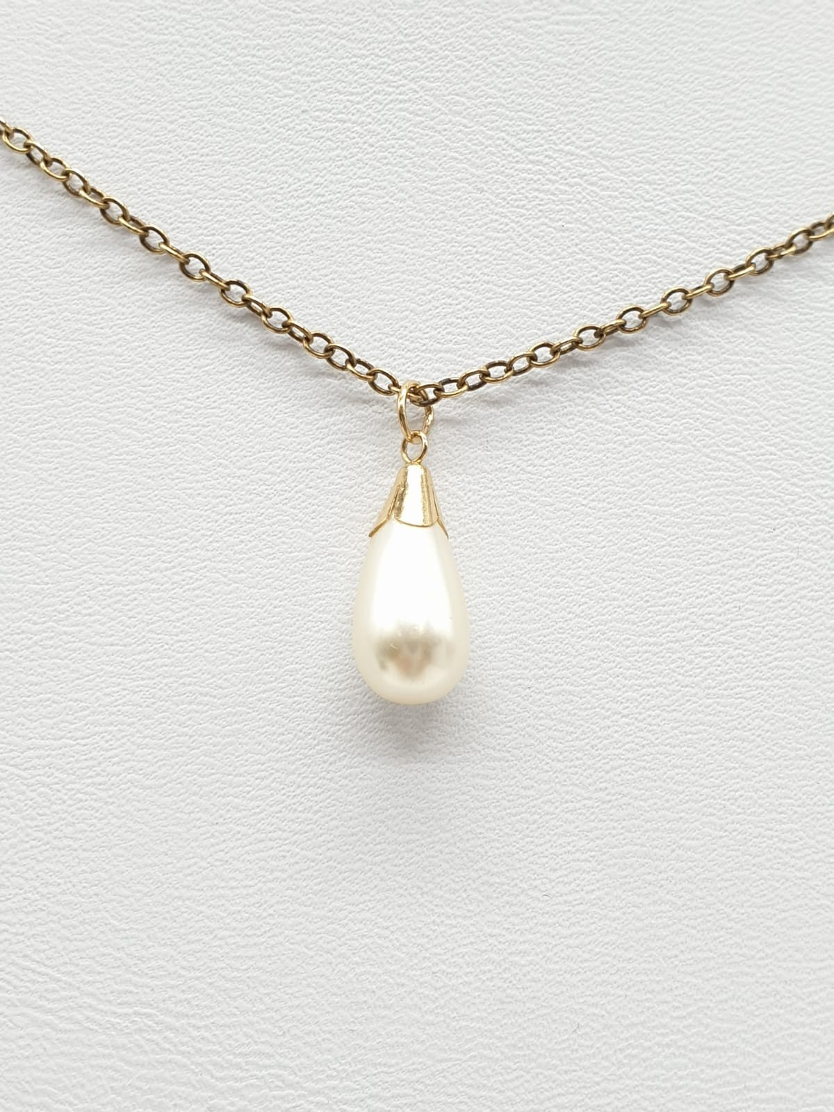 Pearl pendant on a 50cm 9ct gold chain. Weight 3g.