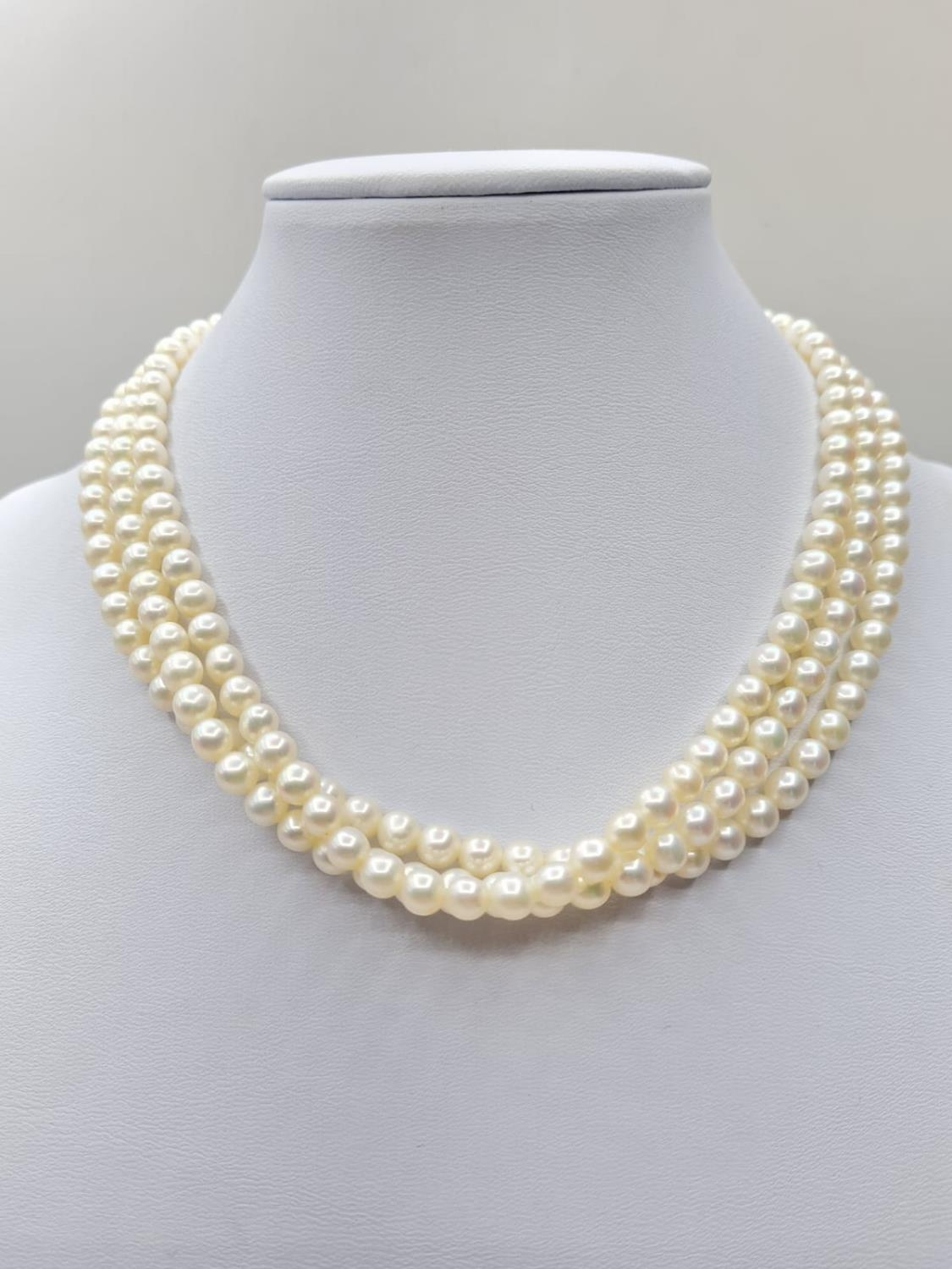 3 rows of cultured pearls choker necklace set in 9ct gold clasp, weight 45g and 33cm long approx - Image 2 of 4