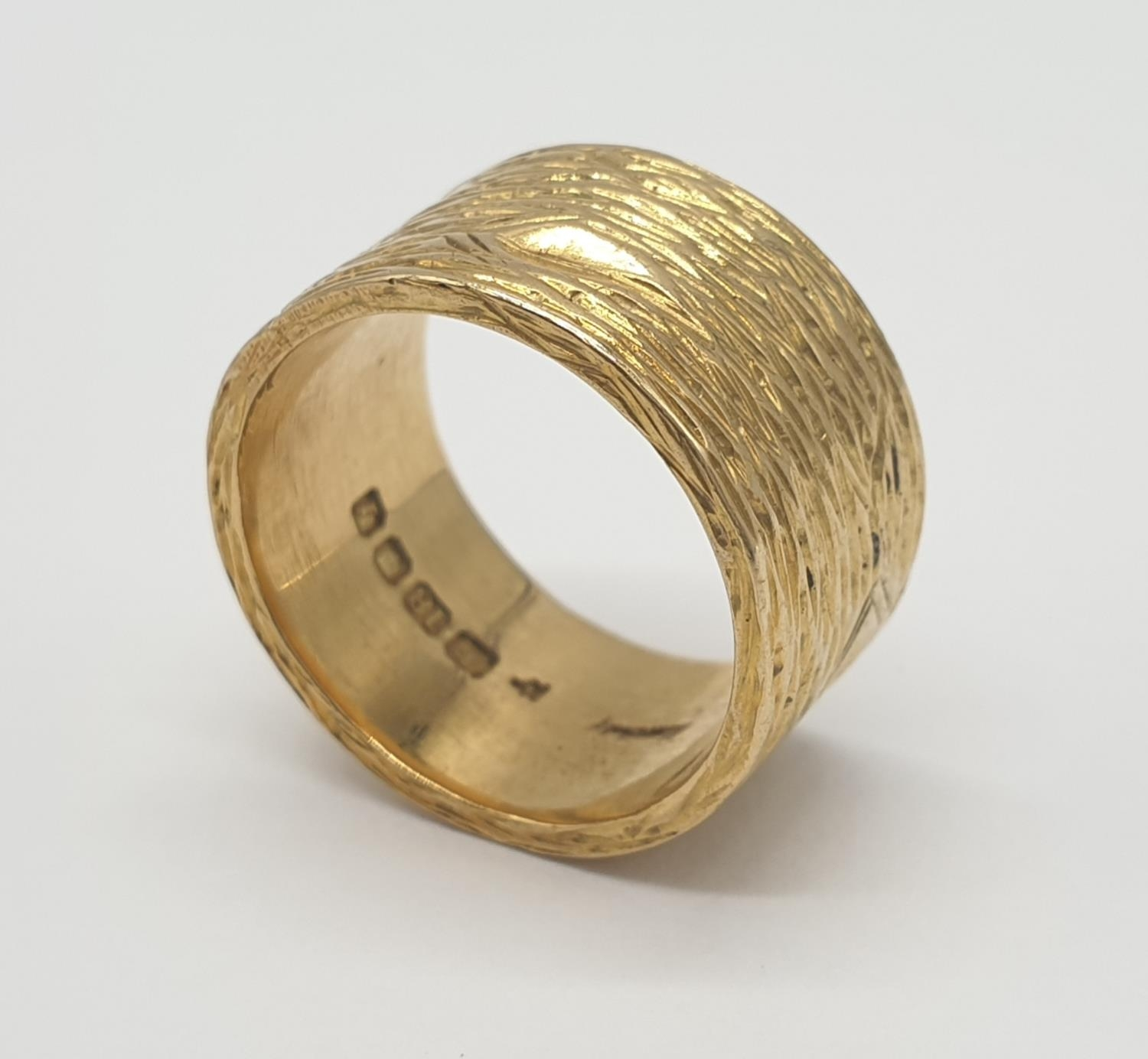 18ct gold wide band ring with grained pattern, weight 14.4g and size O - Image 3 of 4