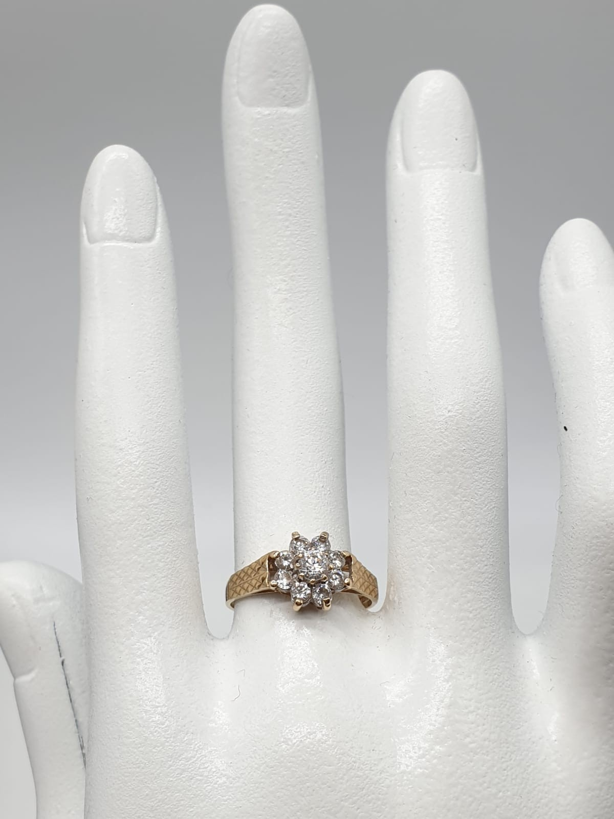 9ct Gold ring having cubic zirconia cluster to top in claw mounts and chased design work to - Image 2 of 7