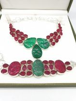An impressive carved emerald and ruby necklace and bracelet set. Presented in its own box. The