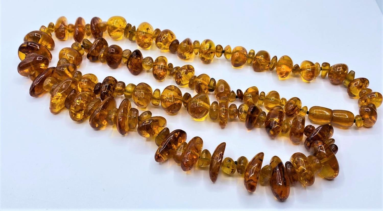 Amber NECKLACE. 76g. 76cm.