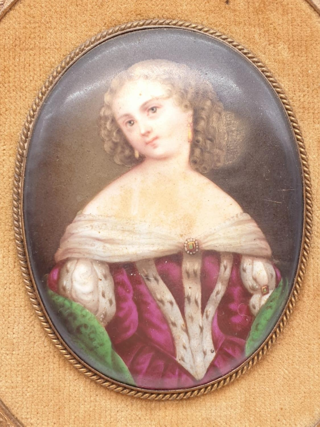 An 18th century porcelain miniature of an Ermine wearing lady in ornate frame, 8x6cm - Image 2 of 3