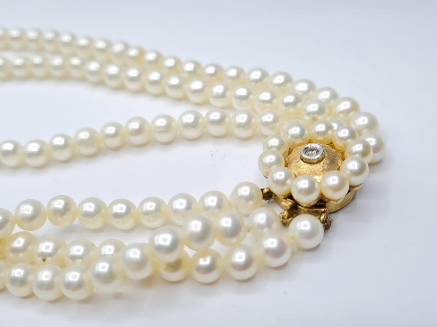 3 rows of cultured pearls choker necklace set in 9ct gold clasp, weight 45g and 33cm long approx - Image 3 of 4
